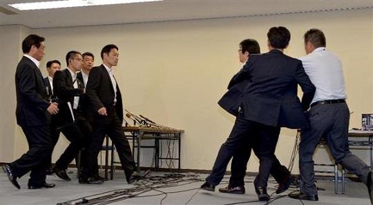 橋下徹大阪市長と桜井誠在特会会長の面談は一触即発の雰囲気だった=20日午後、大阪市北区の大阪市役所(榎本雅弘撮影)