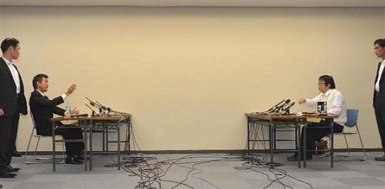 橋下徹大阪市長と桜井誠在特会会長との面談はあっという間に終わった=大阪市役所(榎本雅弘撮影)