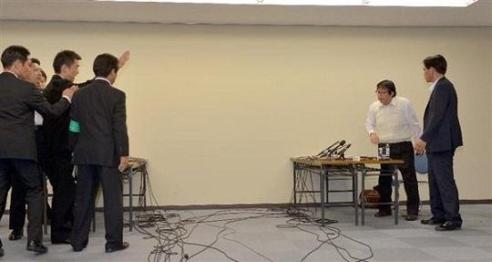 橋下大阪市長と桜井誠在特会会長との面談は怒号も飛び交い、わずか10分で終わった=20日午後、大阪市北区の大阪市役所