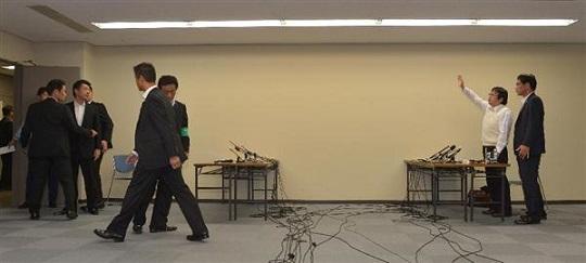 橋下徹大阪市長と桜井誠在特会会長との面談はわずか10分で終わった=20日午後、大阪市北区の大阪市役所(榎本雅弘撮影)