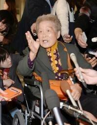 ソウル中央地裁で「不二越」に損害賠償の支払いを命じる判決が言い渡され、記者会見する元朝鮮女子勤労挺身隊員の金正珠さん=30日、ソウル(共同)