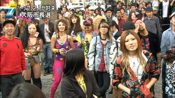 橋下候補の演説を聴く支持者たち(11月22日放送「NHKニュース7」より)