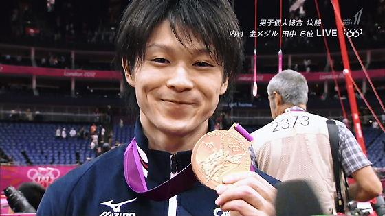 ロンドン五輪第6日(1日)体操個人総合決勝。団体総合で銀メダルに終わった内村航平が、個人総合で雪辱の金メダルを獲得した。北京で銀だった内村にとっては、悲願の個人制覇。日本の個人総合金メダルは、1984
