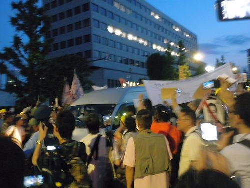 2012.6.29大飯原発再稼動決定を撤回せよ!首相官邸前抗議 公道を不法占拠し、一般車両の通行も妨げる過激派の傍若無人