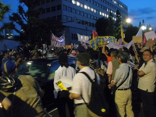 2012年6月29日(金)の「大飯原発再稼動決定を撤回せよ!首相官邸前抗議」では、公道を不法占拠し、一般車両の通行も悉く妨害した(このような傍若無人は一般市民が参加している愛国デモでは見た事が無く、「