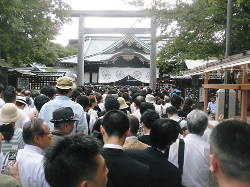 多くの人々が参拝に来ていて、30分くらい並んでようやく参拝出来た。