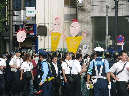 反天連デモは靖国通りを靖国神社に向かって進んで来た。去年まで使っていた先帝陛下(昭和天皇)の骸骨人形は、少し変化していた。