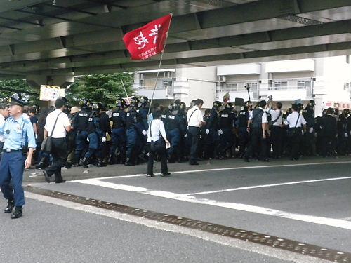 良く見ると分かるのだが、反天連の「反靖国反天皇制デモ」参加者自体は、100人も居なかったはずだ。