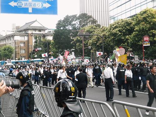 反天連デモが、在特会などが大集団で迎撃する交差点に差しかかると、罵声、悲鳴、怒号は最高潮に達した!