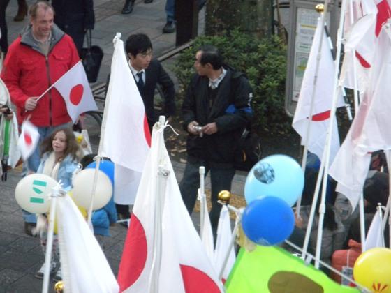 2010年12月18日【「民主党(菅)内閣」打倒!皇室冒涜糾弾!中国の尖閣諸島侵略阻止!国民大行動 in 渋谷】にカメラを持って横を向いている花うさぎさん