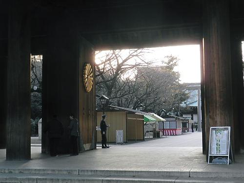 靖国神社放火事件 神門に警官