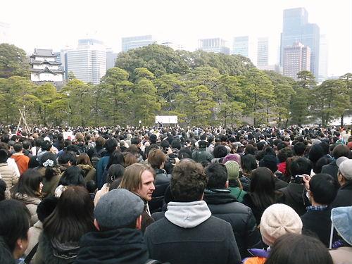 報道取材席には、多数のカメラマンや記者が集まっていた