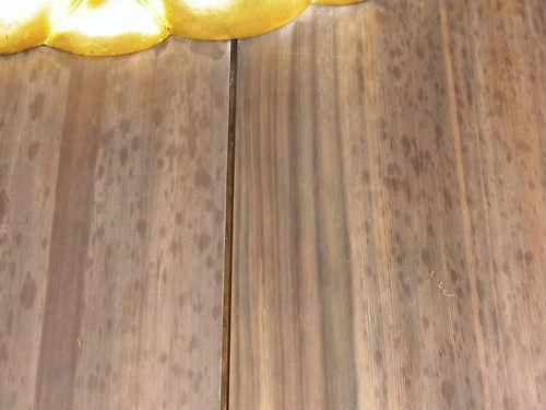 犯人の本当の標的だった神門の扉にあしらえた菊の紋章の周辺も灯油をかけた痕である黒っぽい斑点模様が少しだけ残っていたが、12月28日と比べるとかなりキレイになっていた