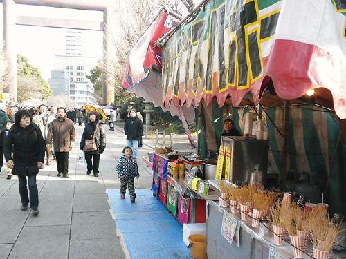 私は暫くの間、「大人気韓流グルメ スンデュブ」の屋台を見ていたが、客は誰一人として寄り付かなかった。