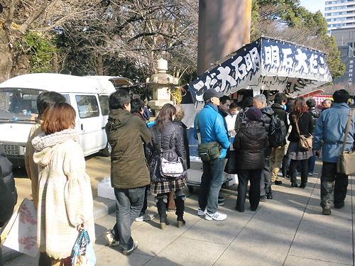 2012年1月2日の靖国神社の人気の屋台では長い行列が出来ている。
