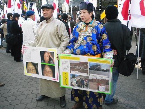 モンゴル人の参加者(右側の人は登壇し演説もした)