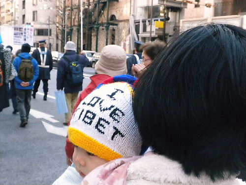 2012.2.4殺すな!チベット虐殺抗議!緊急国民行動 「I LOVE TIBET」帽子をかぶった愛国赤ちゃん