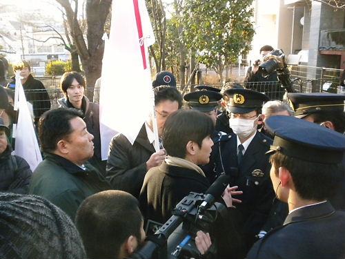 吉田康一郎都議と水嶋聡幹事長が、支那大使館への抗議の仕方について警察と交渉