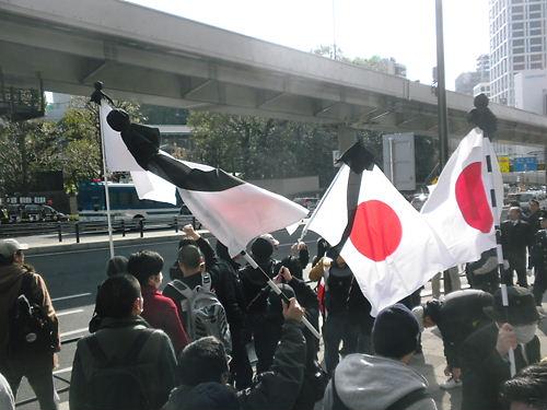 喪章着用の国旗を持参し、反天連の暴挙である東日本大震災慰霊式典反対活動に対して、抗議する有志たち