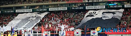 2010年韓国開催での日韓戦で安重根の横断幕を掲げる韓国人ども