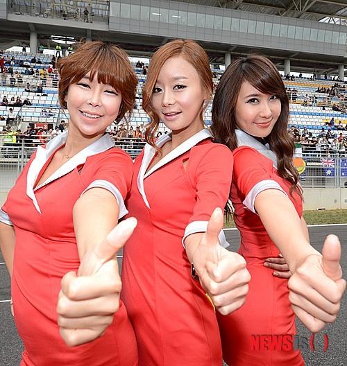 人工芝も酷かったが、韓国の場合はレースクイーンも人工だ。