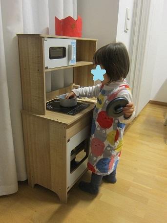 何かを料理中な娘