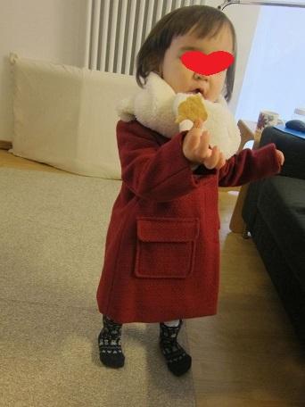 娘、さっそくコートを着る