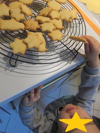 クッキーと誰かの手