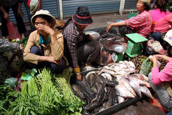 魚を売る女