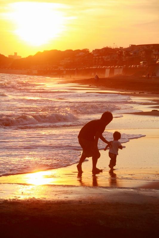 浜を歩く親子2
