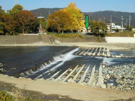 内山発電所放流口より酒匂川左岸を望む