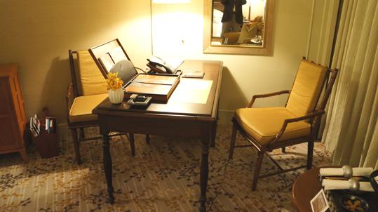 20121024 oriental hotel bissiness desk 19cm DSC05077