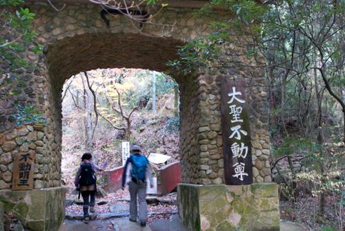 02おなじみの石門
