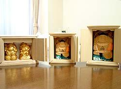 3つ揃った写真です。黄金色の像が目立ちます。