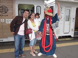 飫肥駅にて記念撮影