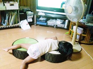 ばぁばの家のテレビの前でくつろぐ姫♪
