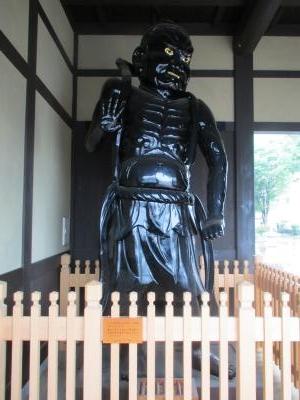 飯山駅仁王像1