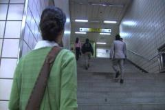 2.電車からヨンチョルが降りてきて肩がぶつかったので追いかける