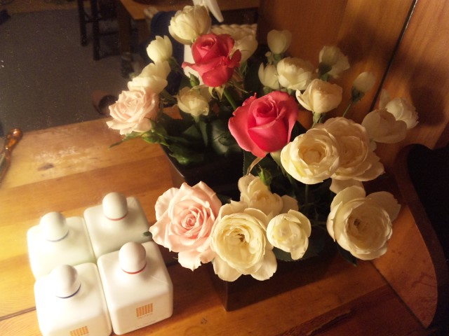白とピンクのバラ