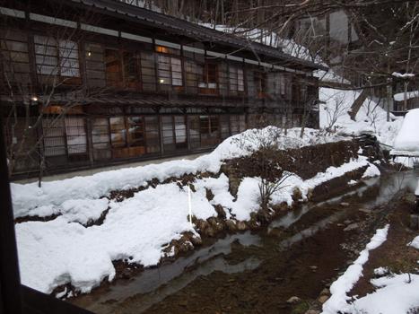渡り廊下下の小川