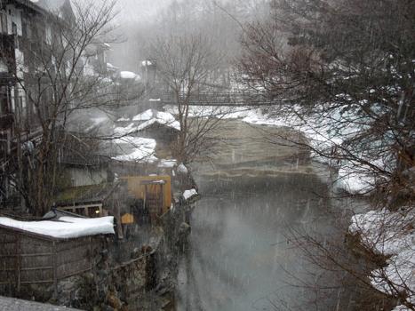 雪景色の渓流