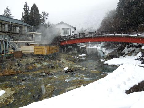 湯西川に架かる赤い橋