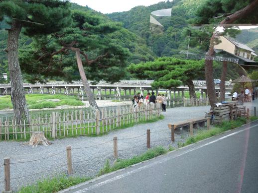渡月橋と嵐山(車窓)