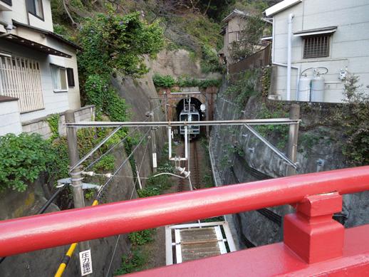 トンネルからの江ノ電