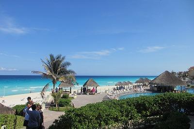 宿泊した Gran Melia Resort Cancun のプールとカンクンの海。