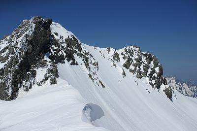 肩から見た富士ノ折立と南東ルンゼのドロップポイント。手前の岩峰が富士ノ折立山頂でその奥が南東ルンゼのドロップポイント。