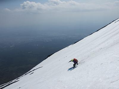 富士山の大斜面を滑降。