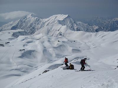 雄山山頂から山崎カールへドロップ。