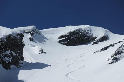 西穂山頂から西穂高沢へドロップ。