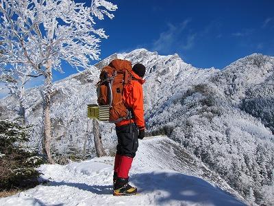 初日、青ナギの幕営場所から見た阿弥陀岳。山頂右側の稜線が南稜。
